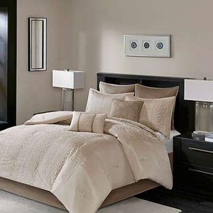 MADISON PARK CAMELIA 8-Pc Comforter 📐